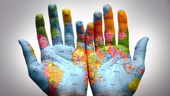 globalizzazione mani mappamondo